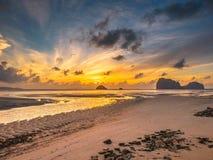 Praia do por do sol em Tailândia fotografia de stock