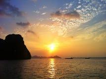 Praia do por do sol na baía de Halong Foto de Stock