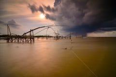Praia do por do sol com céu nebuloso foto de stock