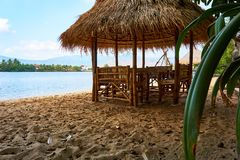 Praia do rio com a cabana da palha em Kampot Camboja foto de stock royalty free