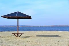 Praia do rio em antecipação à estação nova Foto de Stock