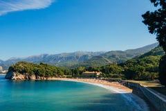 A praia do ` s da rainha perto da casa de campo Milocer em Montenegro fotos de stock royalty free