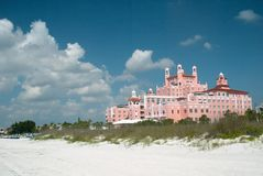 Praia do St. Pete do hotel de Don Cesar, Florida Imagem de Stock Royalty Free