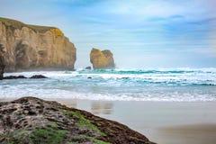 Praia do túnel durante horas do amanhecer, perto de Dunedin, Otago, ilha sul, Nova Zelândia fotos de stock royalty free