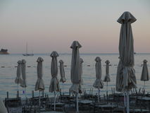 Praia do verão com cadeiras e guarda-chuvas em Montenegro Fotografia de Stock Royalty Free