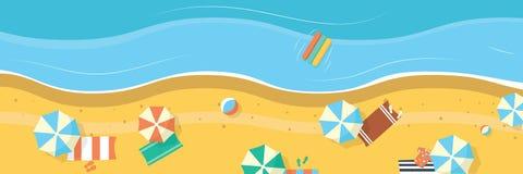 Praia do verão com guarda-chuvas e toalhas Bandeira panorâmico do fundo Foto de Stock