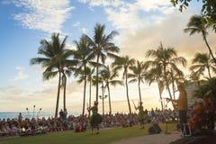 A praia do waikiki de Havaí oahu uma orquestra pequena joga a música havaiana típica Foto de Stock