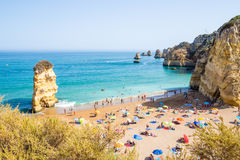 Praia Dona Ana da praia de Portugal o Algarve em Lagos fotografia de stock