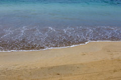 Praia dourada com água azul profunda fotos de stock royalty free