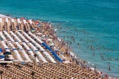 Praia dourada das areias fotografia de stock royalty free