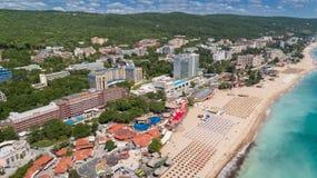 PRAIA DOURADA DAS AREIAS, VARNA, BULGÁRIA - 19 DE MAIO DE 2017 Vista aérea da praia e dos hotéis em areias douradas, Zlatni Piasa foto de stock
