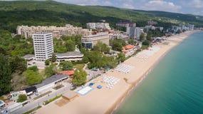PRAIA DOURADA DAS AREIAS, VARNA, BULGÁRIA - 15 DE MAIO DE 2017 Vista aérea da praia e dos hotéis em areias douradas, Zlatni Piasa fotografia de stock royalty free