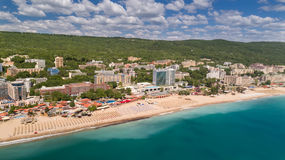 PRAIA DOURADA DAS AREIAS, VARNA, BULGÁRIA - 19 DE MAIO DE 2017 Vista aérea da praia e dos hotéis em areias douradas, Zlatni Piasa fotografia de stock