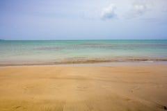Praia dourada das caraíbas tropical de Punta Embarcadero ao longo do Ocea foto de stock
