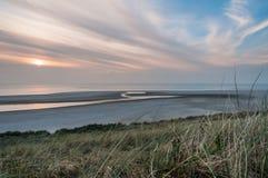 Praia durante o por do sol Imagens de Stock Royalty Free