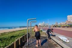 Praia Durban dos chuveiros dos surfistas  Fotografia de Stock Royalty Free