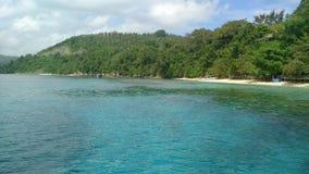 Praia e água azul Imagens de Stock