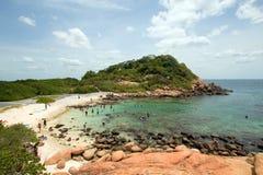 Praia e angra nadadoras no parque nacional da ilha do pombo apenas fora da costa da praia de Nilaveli em Trincomalee Sri Lanka fotos de stock royalty free