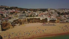 Praia e arquitetura de Albufeira na costa do Algarve, Portugal filme