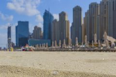 Praia e arranha-c?us na praia de Jumeirah no porto e nos sunbeds de Dubai UAE imagens de stock royalty free