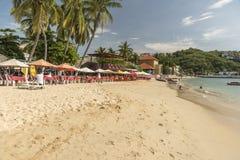 A praia e as barras beira-mar em Santa Cruz Huatulco fotos de stock