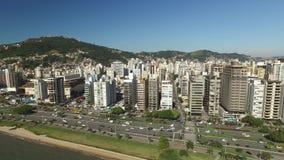 A praia e as construções Beira estragam Norte/Florianopolis Santa Catarina, Brasil Em julho de 2017 filme