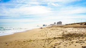 A praia e as dunas bonitas de Bloubergstrand Fotografia de Stock