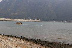 Praia e barco imagens de stock