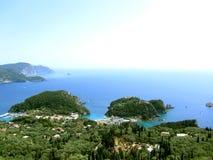 Praia e barco bonitos em Paleokastritsa, ilha de Corfu, Grécia fotos de stock