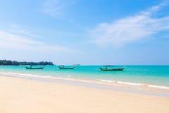 Praia e barcos brancos da areia Fotografia de Stock Royalty Free