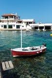 Praia e barcos pequenos na ilha de Menorca Imagens de Stock Royalty Free