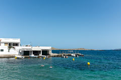 Praia e barcos pequenos na ilha de Menorca Fotografia de Stock Royalty Free