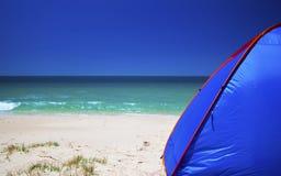 Praia e barraca Imagem de Stock