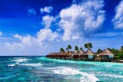 Praia e bungalow tropicais de Overwater imagens de stock royalty free