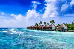 Praia e bungalow tropicais de Overwater fotografia de stock