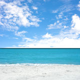 Praia e céu Foto de Stock