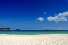 Praia e céu azul Foto de Stock Royalty Free
