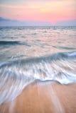Praia e céu do por do sol Imagens de Stock