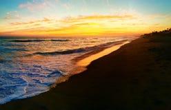 Praia e céu do por do sol Fotos de Stock Royalty Free