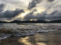 Praia e céu do por do sol imagem de stock royalty free