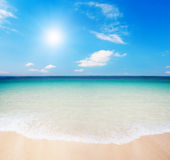 Praia e céu nebuloso Foto de Stock