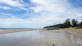 Praia e céu no dia nebuloso Foto de Stock Royalty Free