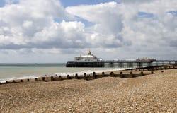 Praia e cais de Eastbourne na luz do sol do verão Fotografia de Stock