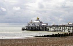 Praia e cais de Eastbourne na luz do sol do verão Imagem de Stock Royalty Free