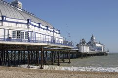 Praia e cais de Eastbourne. Sussex.UK do leste Fotografia de Stock