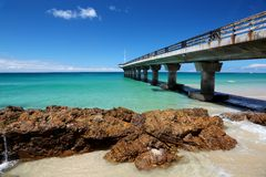 Praia e cais do verão Fotos de Stock Royalty Free