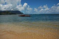 Praia e canoa bonitas Imagem de Stock Royalty Free