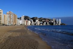 Praia e casas altas contra o contexto das montanhas e nas costas do mar Mediterrâneo, Espanha fotos de stock royalty free