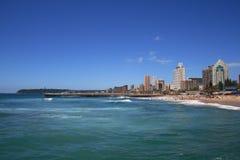 Praia e cidade Fotografia de Stock