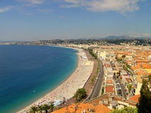 Praia e cidade agradáveis. Imagem de Stock Royalty Free